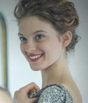 Nadia (Pauline Briand) in Profiling Paris